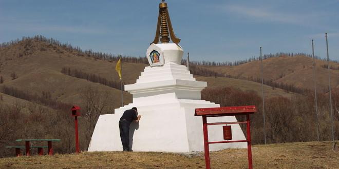 Буддийский субурган на въезде в Армак