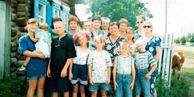 2002 г. Люба, Галя, Оля, Люда, Надя, Вера, Таня, и внуки