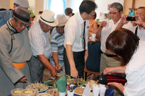 Гости-из-Монголии-пробуют-продукция-Петропавловского-мясокомбината