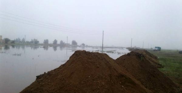 Работа по отсыпке насыпи после наводнения.